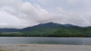 【かなやま湖畔キャンプ場】綺麗で広い湖畔の芝生サイトでのんびり過ごせるキャンプサイト
